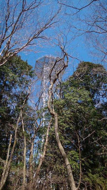 山頂近くにある大きな電波塔…